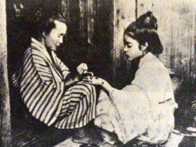 入墨する琉球女性
